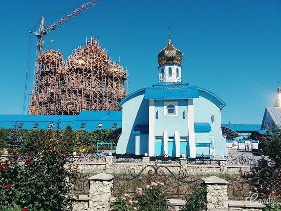 Свято-Миколаївський Городоцький жіночий монастир. На задньому плані будується новий храм.